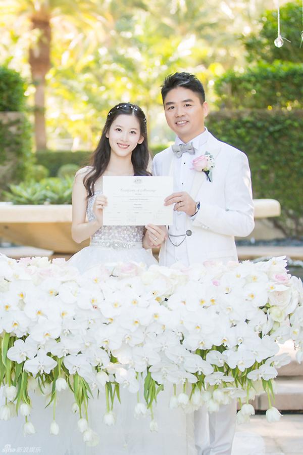 """<p> Chương Trạch Thiên và Lưu Cường Đông trong <a href=""""https://giaitri.vnexpress.net/photo/quoc-te/dam-cuoi-ngot-ngao-cua-em-gai-tra-sua-va-ty-phu-trung-quoc-3288788.html"""" target=""""_blank"""">đám cưới</a> năm 2015. Lưu Cường Đông là nhà sáng lập một website thương mại điện tử lớn. Vợ chồng cô còn có cổ phần trong nhiều công ty khác. Lưu Cường Đông sinh năm 1974, hơn vợ 19 tuổi. Họ sinh con gái hồi tháng 3/2016.</p>"""