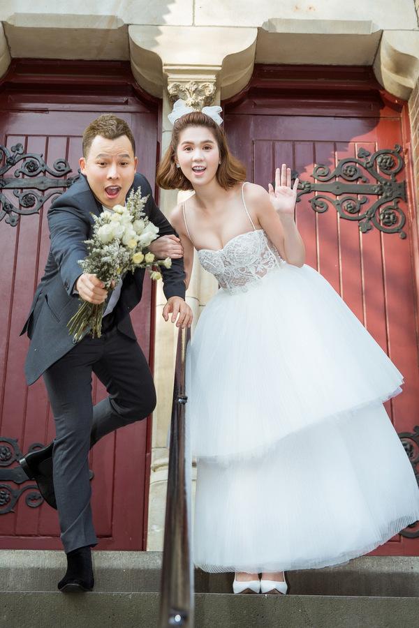 Ngọc Trinh diện váy cưới xuyên thấu chụp ảnh cùng ông bầu