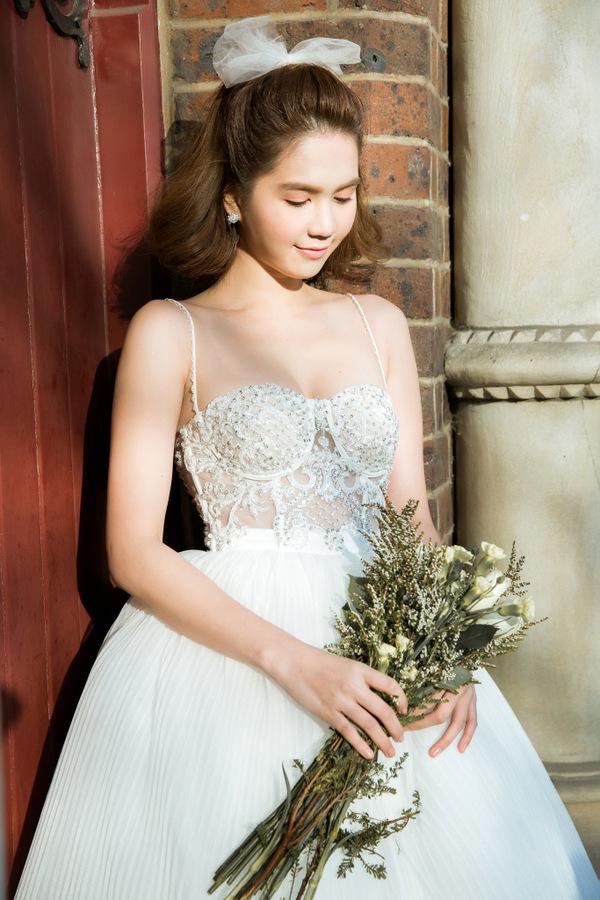 <p> Ngọc Trinh trang điểm theo phong cách tự nhiên đang được các cô dâu ưa chuộng.</p>