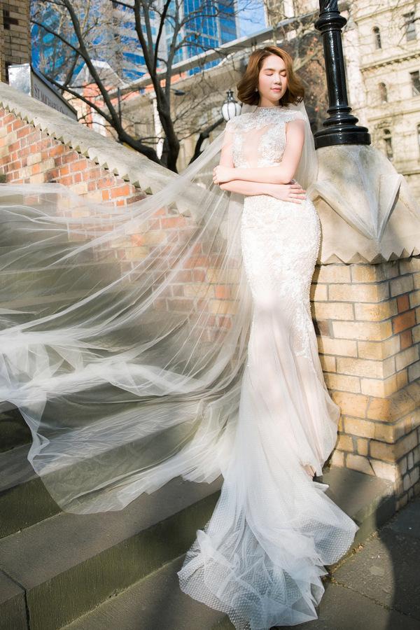 """<p> Phần đuôi váy bằng voan phủ dài giúp """"nữ hoàng nội y"""" thêm phần mềm mại, nền nã.</p>"""