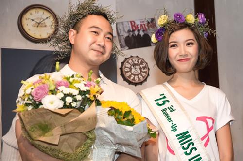 bạn trai Thúy Vân (trái) bất ngờ xuất hiện ở hàng ghế khán giả và tiến lại gần cô với chiếc bánh kem trên tay. Người đẹp tỏ ra ngỡ ngàng và thoáng chút bối rối trước sự có mặt của người yêu.