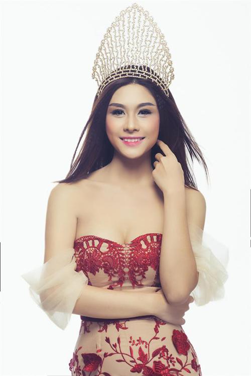 """<p> Lô Thị Hương Trâm - Nữ hoàng trang sức 2013 -<a href=""""https://giaitri.vnexpress.net/tin-tuc/gioi-sao/trong-nuoc/huong-tram-ren-luyen-the-luc-cho-miss-international-2920384.html""""> đại diện </a>Việt Nam tại Miss International cùng năm. <a href=""""https://giaitri.vnexpress.net/tin-tuc/gioi-sao/trong-nuoc/lo-thi-huong-tram-thi-hoa-hau-quoc-te-2919309.html"""">Hương Trâm</a> sinh năm 1989, cao 1,7 m, nặng 52 kg, số đo ba vòng 86-63-91 cm. Cô cũng không ghi dấu ấn tại đấu trường nhan sắc quốc tế.</p>"""