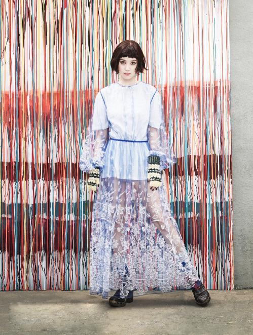<p> Ngôi sao sinh năm 1987 phối bao tay len với đầm cách điệu. Trang phục tạo điểm nhấn với phần tay và chân váy xuyên thấu.</p>