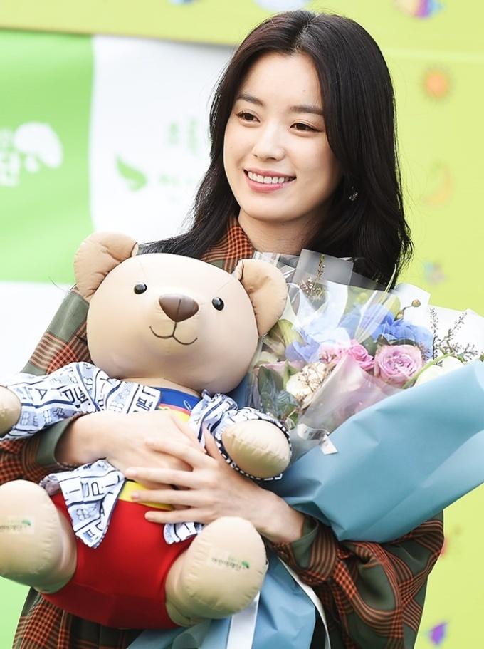 <p> Dự án điện ảnh <em>Inrang</em> - có sự góp mặt của cô cùng hai ngôi sao Kang Dong Won và Jung Woo Sung - sắp hoàn tất. Phim sẽ ra rạp vào năm sau.</p>