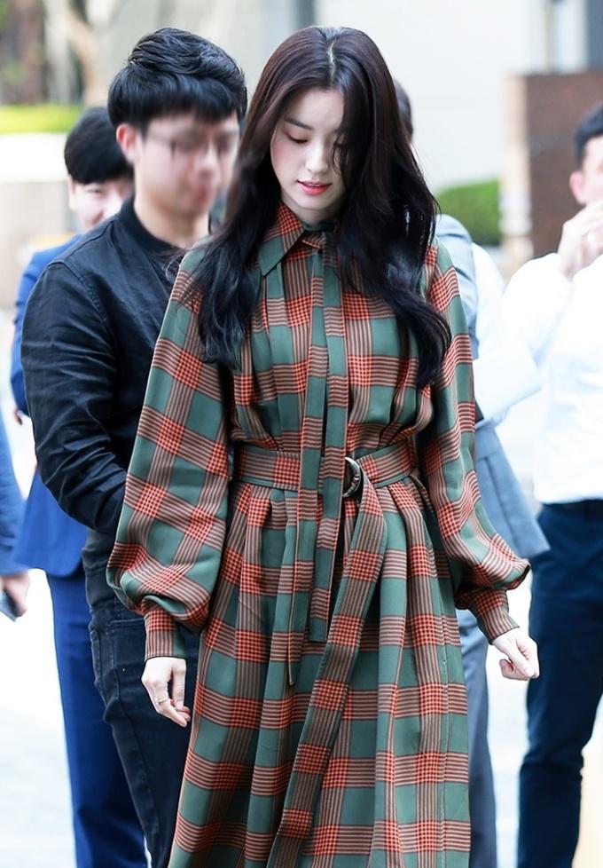 <p> Trong sự kiện gây quỹ từ thiện, Han Hyo Joo thu hút sự chú ý của truyền thông và người hâm mộ xứ Hàn ngay khi xuất hiện.</p>