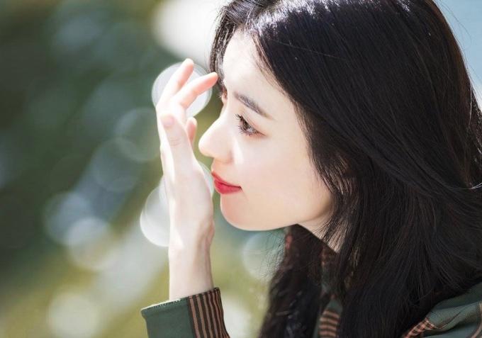 <p> Diễn viên <em>Dong Yi</em> trang điểm nhẹ nhàng, tôn vóc dáng thanh mảnh. Nhiều đầu báo Hàn, trong đó có <em>Naver, </em>khen Han Hyo Joo ngày càng xinh đẹp, làn da trắng mịn, không tỳ vết.</p>