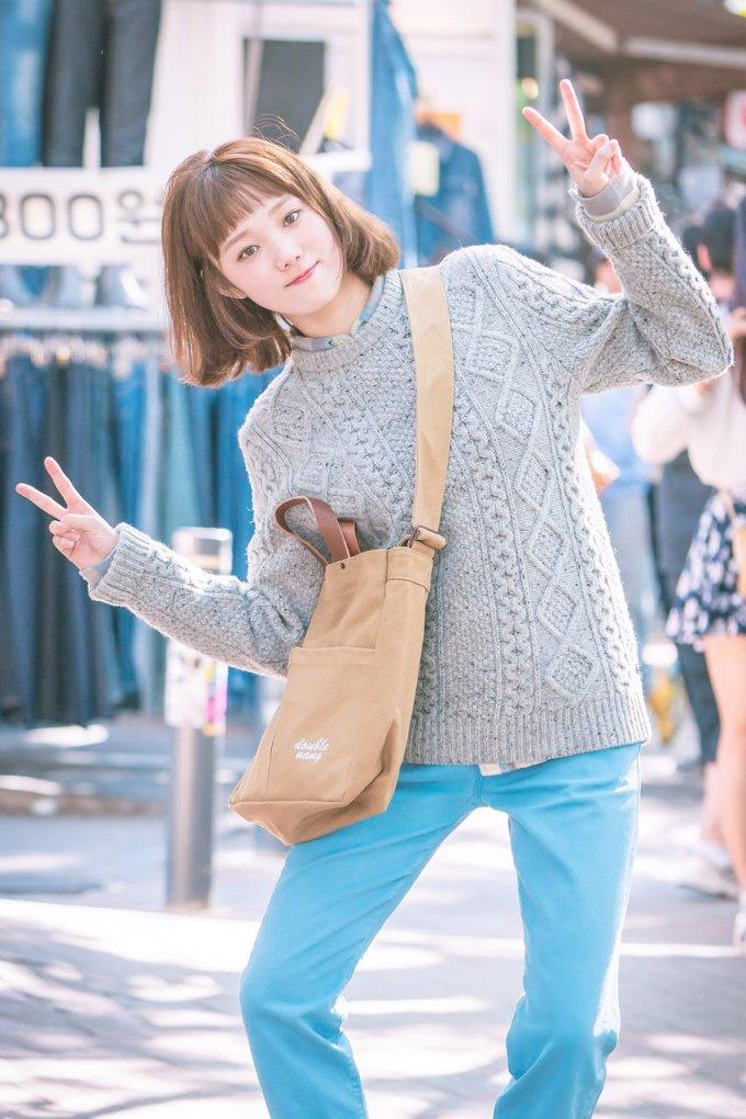"""<p> Nỗ lực vượt qua định kiến về người mẫu đóng phim, Lee Sung Kyung nhận vai chính đầu tiên trong tác phẩm<em>Tiên nữ cử tạ - Kim Bok Joo</em>.<em></em>Cô hóa thân thành vận động viên cử tạ Kim Bok Joo - cao lớn, có tính cách ngây thơ, thường bị chàng kình ngưJung Joon Hyung (<a href=""""https://giaitri.vnexpress.net/tin-tuc/gioi-sao/quoc-te/10-sao-nam-moi-cua-han-quoc-thu-hut-voi-chieu-cao-tren-1-8-m-3659858.html"""">Nam Joo Hyuk</a>) trêu chọc rồi dần nảy sinh mối tình oan gia.</p> <p> Trên<em>MBC's Section TV</em>, Lee SungKyung tiết lộ phải tăng 5 kg để phù hợp với nhân vật. Cô cũng cắt tóc ngắn, để mái ngố nhằm thay đổi hình tượng kiêu kỳ trước đó. Diện mạo mới của Lee Sung Kyung tạo cơn sốt trong giới trẻ châu Á. Kiểu tóc """"choppy bang"""" của cô được nhiều người bắt chước, trở thành xu hướng của mùa thu năm ngoái.</p>"""