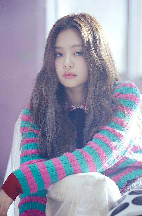 """<p> Jennie Kim là thành viên của nhóm Black Pink, thuộc quyền quản lý của công ty YG - nơi nhiều nghệ sĩ nổi tiếng đang đầu quân như G-Dragon, Psy, Kang Dong Won, Choi Ji Woo, Lee Jong Suk... </p> <p> Black Pink ra mắt làng giải trí năm 2016, nhờ bốn bản hit liên tiếp, họ nhanh chóng nổi tiếng châu Á và có lượng fan đông đảo. Jennie là rapper kiêm hát phụ.Trước khi hoạt động với tư cách ca sĩ thần tượng, ca sĩ sinh năm 1996 từng được G-Dragon """"đỡ đầu"""" bằng cách mời đóng MV và góp giọng trong các hit của anh. G-Dragon còn liên tục lăng xê tên tuổi đàn em trên mạng xã hội.</p>"""