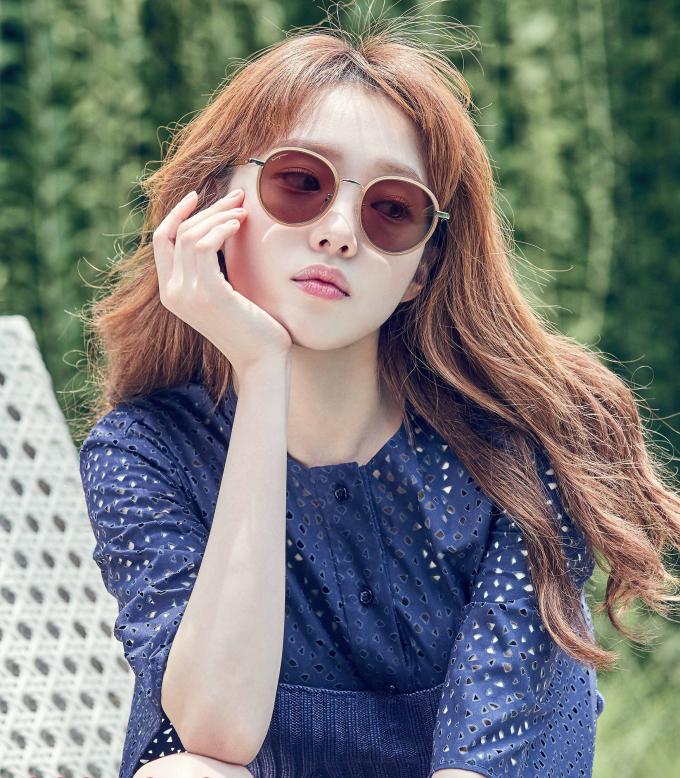 <p> Trong chương trình <em>Happy Together</em>, Lee Sung Kyung cho biết từng chăm chỉ học đàn, luyện thanh, ấp ủ giấc mơ làm diễn viên nhạc kịch trước khi chuyển hướng sang nghề người mẫu.</p> <p> Hiện tại, cô không còn theo đuổi ước mơ thời nhỏ nhưng vẫn dành tình yêu với ca hát. Người đẹp thường khoe giọng trong MV quảng cáo, lồng tiếng cho phim hoạt hình hay các video ngắn đăng trên trang cá nhân. Mới đây, Lee Sung Kyung góp giọng trong ca khúc <em>Last Scene</em> của PSY - chủ nhân hit <em>Gangnam Style</em>.</p>