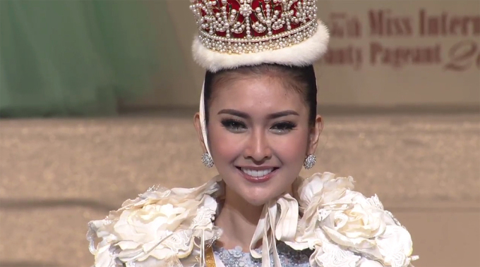 """<p> Kevin Lilliana <a href=""""https://giaitri.vnexpress.net/tin-tuc/gioi-sao/quoc-te/nguoi-dep-indonesia-dang-quang-hoa-hau-quoc-te-2017-3670334.html"""">đăng quang</a> Hoa hậu Quốc tế 2017 trong chung kết diễn ra chiều 14/11 tại Tokyo, Nhật Bản. Cô nhận vương miện, áo choàng từ người tiền nhiệm - hoa hậu <a href=""""https://giaitri.vnexpress.net/photo/quoc-te/tan-hoa-hau-quoc-te-co-ve-ngoai-giong-miss-universe-2015-3490534.html"""">Kylie Verzosa</a> người Philippines.</p>"""