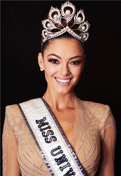 """<p> Demi-Leigh Nel-Peters vượt qua 91 thí sinh để <a href=""""https://giaitri.vnexpress.net/tin-tuc/gioi-sao/quoc-te/nguoi-dep-nam-phi-dang-quang-hoa-hau-hoan-vu-2017-3675789.html"""">đăng quang</a> Hoa hậu Hoàn vũ 2017 trong chung kết tối 26/11 ở Las Vegas, Mỹ. <a href=""""https://giaitri.vnexpress.net/photo/quoc-te/nhan-sac-nong-bong-cua-tan-hoa-hau-hoan-vu-3676167.html"""">Người đẹp Nam Phi</a> 22 tuổi, cao 1,71 m.</p>"""