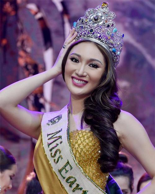 """<p> Karen Ibasco - đại diện Philippines - giành <a href=""""https://giaitri.vnexpress.net/tin-tuc/gioi-sao/quoc-te/nguoi-dep-philippines-dang-quang-hoa-hau-trai-dat-2017-3665269.html"""">chiến thắng</a> trong chung kết Miss Earth diễn ra tại Manila, Philippines ngày 4/11. <a href=""""https://giaitri.vnexpress.net/tin-tuc/gioi-sao/quoc-te/nhan-sac-cua-hoa-hau-trai-dat-2017-3665704.html"""">Karen</a> năm nay 26 tuổi, cao 1,7 m với số đo ba vòng 84-61-91 cm.</p>"""