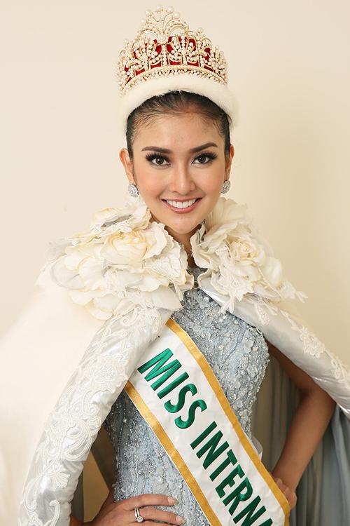 """<p> Kevin Lilliana <a href=""""https://giaitri.vnexpress.net/tin-tuc/gioi-sao/quoc-te/nguoi-dep-indonesia-dang-quang-hoa-hau-quoc-te-2017-3670334.html"""">đăng quang</a> Hoa hậu Quốc tế 2017 trong chung kết diễn ra ngày 14/11 tại Tokyo, Nhật Bản. Kevin Lilliana sinh năm 1996. Cô cao 1,77 m, số đo ba vòng là 82-64-82 cm. <a href=""""https://giaitri.vnexpress.net/photo/quoc-te/ve-dep-a-dong-cua-tan-hoa-hau-quoc-te-3670456.html"""">Hoa hậu Quốc tế 2017</a> là người mẫu nổi tiếng của Indonesia. Cô từng đoạt danh hiệu Á hậu 1 tại cuộc thi Puteri Indonesia 2017.</p>"""