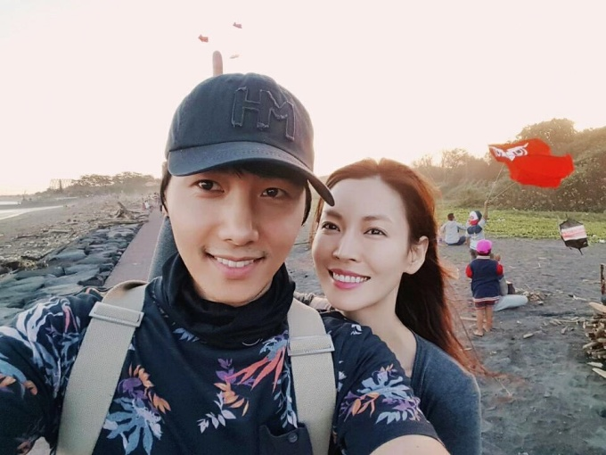 <p> Trên trang cá nhân, đôi vợ chồng thường chia sẻ những khoảnh khắc gần gũi: cùng ăn sáng, xem triển lãm tranh, đi dạo phố... Mỗi khi có thời gian, Lee Sang Woo luôn đưa vợ đi nghỉ dưỡng, du lịch.</p>