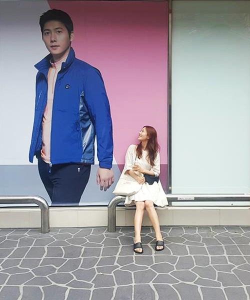 <p> Kim So Yeon mặc giản dị, ghi lại khoảnh khắc vui nhộn khi bắt gặp poster quảng cáo của chồng trên phố.</p>