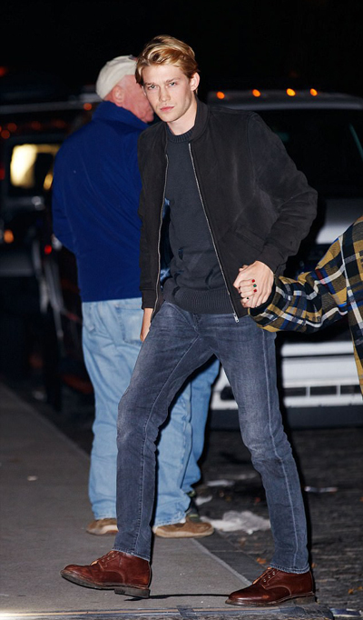 Joe Alwyn sinh năm 1991, kém Taylor hai tuổi, cao 1,85 m. Nam diễn viên người Anh là người trầm tính, thích riêng tư. Diễn viên 26 tuổi học hành chăm chỉ, gắn bó gia đình và được báo Anh gọi là trai ngoan. Anh được chú ý sau khi tham gia bộ phim Billy Lynns Long Halftime Walk của đạo diễn Lý An năm 2016.