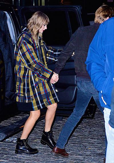Cả hai bị bắt gặp khi đi chơi tối hôm thứ sáu (8/12).