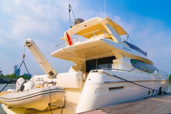"""<p class=""""Normal""""> Lý Nhã Kỳ thường dùng du thuyền của cô để tổ chức các chuyến đi nghỉ dưỡng, họp mặt cùng bạn bè, gia đình.</p>"""