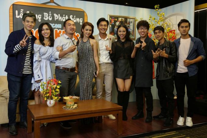 """<p class=""""Normal""""> <em>Gia đình là số 1</em> là phim sitcom Việt được làm lại từ series <em>High Kick</em> (2006-2007) của Hàn Quốc. Tác phẩm quy tụ dàn diễn viên Tiến Luật, Thu Trang, Việt Anh, Phi Phụng, Diệu Nhi..., kể về gia đình ba thế hệ với nhiều vui buồn, nỗi niềm khác nhau. Loạt phim được yêu thích bởi sự hài hước, gần gũi, hiện chiếu đến tập 190. Thời gian phát sóng kéo dài suốt cả năm 2017 cũng khiến <em>Gia đình là số 1</em> giữ vị trí cao trên bảng xếp hạng tìm kiếm của Google.</p>"""