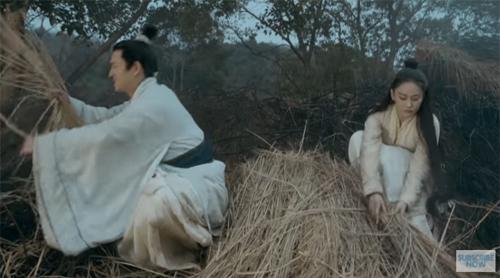 Trang phục, rơm rạ khô ráo dù trời mưa tầm tã trong phim Tư mỹ nhân do Trương Hinh Dư, Mã Kha đóng chính. Để giảm thời gian, kinh phí, các phim Hoa ngữ những năm gần đây thường dùng kỹ xảo tạo cảnh mưa.