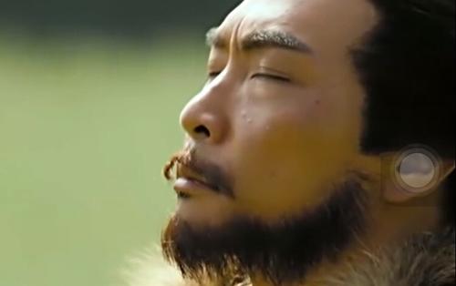 Râu dán bị bong của nhân vật phim Anh hùng xạ điêu 2017. Phim được nhận xét đầu tư kỹ lưỡng về kịch bản, bối cảnh, từng đánh thức hoài niệm phim kiếm hiệp Kim Dung khi công chiếu hồi đầu năm.