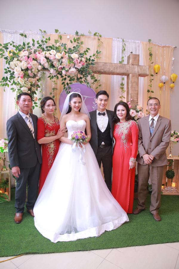 Vợ chồng Chúng Huyền Thanh hôn nhau trong lễ cưới