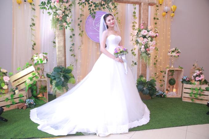 <p> Lễ rước dâu của Chúng Huyền Thanh diễn ra sáng 28/12. Sau đó, cô dâu chú rể đãi tiệc cưới tại một nhà hàng ở Hải Phòng.</p>