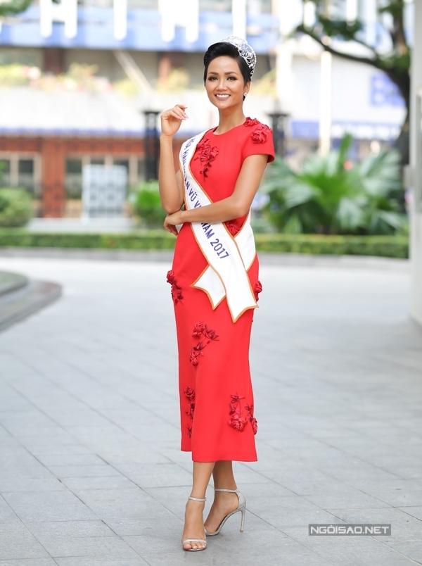 <p> H'Hen Niê trong chiếc váy nằm trong bộ sưu tập mới nhất của nhà thiết kế Đỗ Mạnh Cường. Hoa hậu chia sẻ cô thích phong cách cá tính mạnh mẽ nhưng lại được stylist Trần Đạt hướng đến sự nữ tính kể từ sau đăng quang.</p>