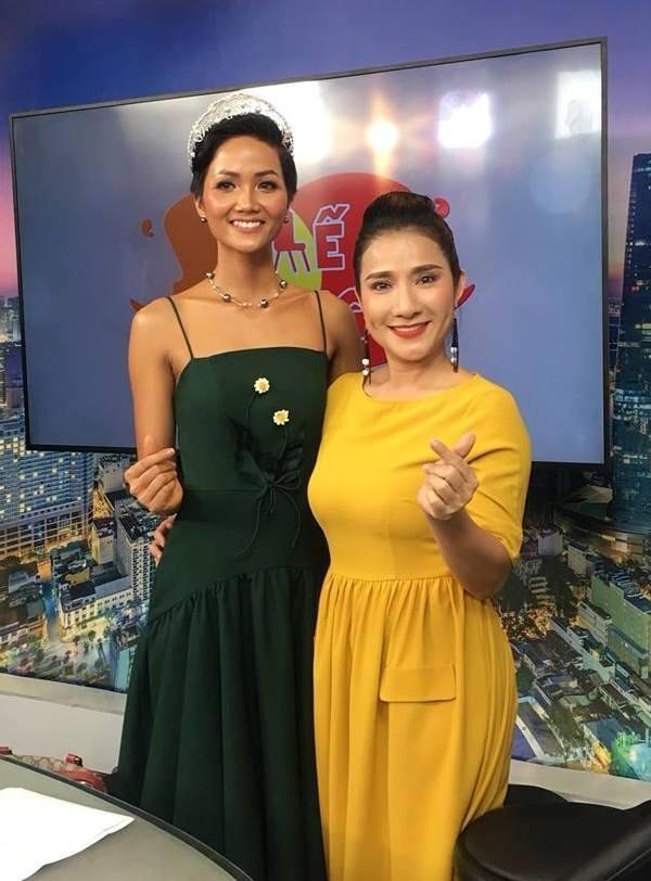<p> Mới đây, khi tham gia một chương trình truyền hình, hoa hậu (trái) mặc mẫu đầm hai dây phom chữ A.</p>