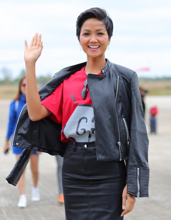 <p> H'Hen Niê diện trang phục khỏe khoắn khác khi vừa bước xuống máy bay trước đó.</p>
