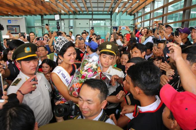 """<p class=""""Normal""""> Cô rơi nước mắt khi nhìn thấy nhiều người dân từ buôn làng ra tận sân bay đón mình.</p>"""