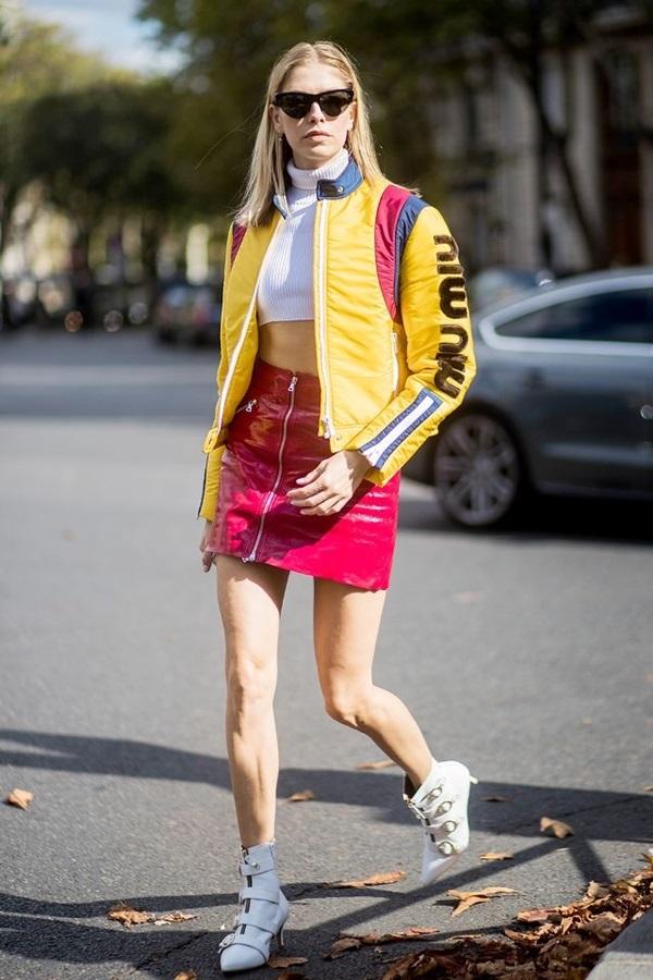 """<p class=""""Normal""""> Đỏ là màu sắc thường gắn liền với ngày Tết cổ truyền. Để mặc màu đỏ một cách thời trang, bạn có thể lưu ý những cách kết hợp dưới đây:</p> <p class=""""Normal""""> Ngoài kết hợp với đen và trắng - hai màu cơ bản ăn nhập mọi loại màu sắc, các tín đồ có thể mặc cùng trang phục vàng chanh. Theo các chuyên gia của làng mốt, đây là sự kết hợp đầy bất ngờ nhưng vô cùng hiệu quả, đem tới sự tươi trẻ, năng động cho người mặc.</p>"""
