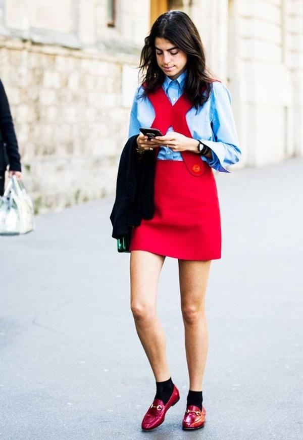 """<p class=""""Normal""""> Nếu bạn là cô gái yêu thích những phong cách bất quy tắc, hãy thử mặc một chân váy đỏ với áo sơ mi hoặc áo len màu xanh dương nhẹ. Sự đối lập này được đánh giá là khá thú vị.</p>"""
