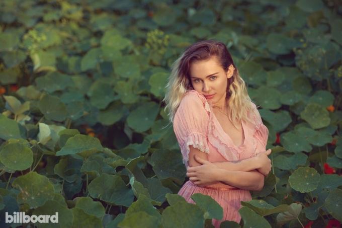 "<p class=""Normal""> Ca sĩ Miley Cyrus sinh năm 1992, cao 1,65 m.</p>"
