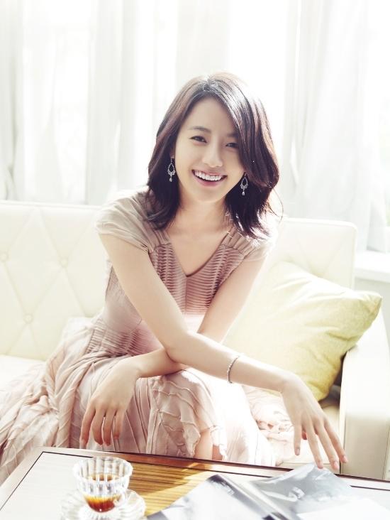 """<p> Tổ chức Seven Dew từng triển khai cuộc bình chọn """"Người có nụ cười đẹp nhất"""" tại Hàn Quốc vào tháng 6/2011. Han Hyo Joo xếp thứ nhất với 34,3% số phiếu bầu, Lee Byung Hun về nhì với 33,6%. Hình ảnh nữ diễn viên với nụ cười tươi tắn lan truyền nhanh chóng trên các kênh truyền thông Hàn. Theo <em>Naver</em>, kết quả này nhận được sự đồng tình của khán giả nên đến nay chưa có cuộc bình chọn tương tự diễn ra. Các chuyên gia của tổ chức Seven Dew nhận xét: """"Nụ cười của Han Hyo Joo toát lên vẻ khỏe khoắn, rạng rỡ. Trong trái tim người hâm mộ, hình ảnh của Han Hyo Joo trong sáng và tích cực"""".</p>"""