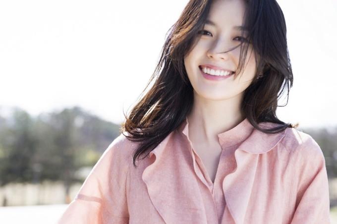 <p> Năm 2010, truyền thông Hàn Quốc khen ngợi Hyo Joo vì khả năng truyền cảm hứng sống tích cực. Một thiếu niên bị ung thư, sau khi xem phim Dong Yi đã bị ấn tượng sự lạc quan và nụ cười trong mọi nghịch cảnh của nữ chính do diễn viên đóng. Anh quyết tâm rũ bỏ tuyệt vọng để sống vui vẻ những ngày cuối đời như thần tượng.</p> <p> Sau khi nhận được bức thư tay của bệnh nhân, Hyo Joo đã đến tận nhà anh thăm hỏi. Khi chàng trai trẻ qua đời, cô cũng đến viếng và tiễn đưa. Gia đình anh ta sau đó đã chia sẻ câu chuyện với mọi người và cảm ơn nghĩa cử của diễn viên.</p>