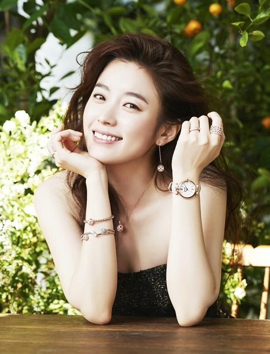 <p> Không chỉ được lòng fan, Hyo Joo còn được nhiều bạn diễn, đồng nghiệp quý mến như Jo In Sung, Bae Soo Bin, Ji Jin Hee, Lee Kwang Soo, Jung Yoo Mi, So Ji Sub, Jun Ho (2PM), Lee Jung Jin... Cô được chọn là khách mời được yêu thích nhất <em>Running Man </em>và <em>Hai ngày, một đêm</em> - hai show thực tế sở hữu lượng fan đông đảo tại châu Á.</p>