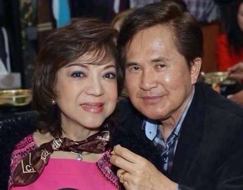 Vợ chồng nghệ sĩ Hoài Thanh (phải) và Đỗ Quyên. Hoài Thanh sinh năm 1947,