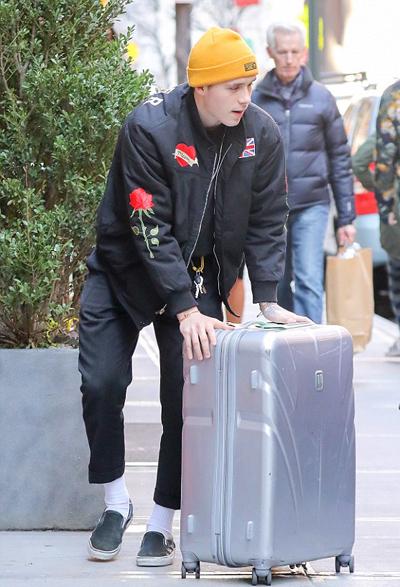 Brooklyn Beckham giúp Chloe Grace Moretz đưa hành lý lên taxi.