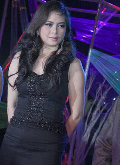 Hình ảnh của Thủy Tiên năm trong năm 2009. Cô trung thành với kiểu tóc dài và không còn để mái như xưa.