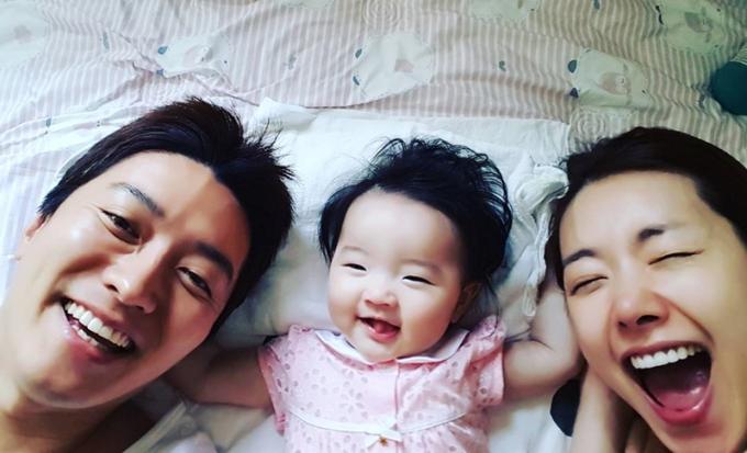 <p> Bé Ha Eun - con đầu lòng của vợ chồng sao - được nhiều khán giả yêu mến vì hay cười. Cô bé và bố từng tham gia chương trình <em>The Return of Superman</em> (Siêu nhân trở lại).</p>