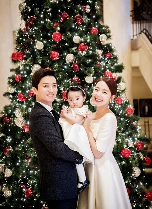 <p> Gia đình So Ji Hyun luôn ngập tiếng cười. Bạn bè cặp sao cho biết họ đối xử với nhau chân thành, không khác so với thời mới hẹn hò.</p>