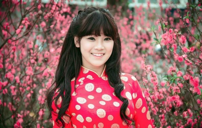 <p> Hoàng Yến Chibi tên thật là Nguyễn Hoàng Yến, sinh năm 1995 tại Hà Nội. Năm 2014, cô tham gia chương trình Học Viện Ngôi sao và giành giải á quân. Từ đây, cô đã bắt đầu theo đuổi con đường ca hát chuyên nghiệp ở tuổi 19. Năm 2015, cô đoạt thêm giải quán quân cuộc thi Tôi là diễn viên. Năm 2017, cô đứng thứ tư của Gương mặt thân quen.</p>