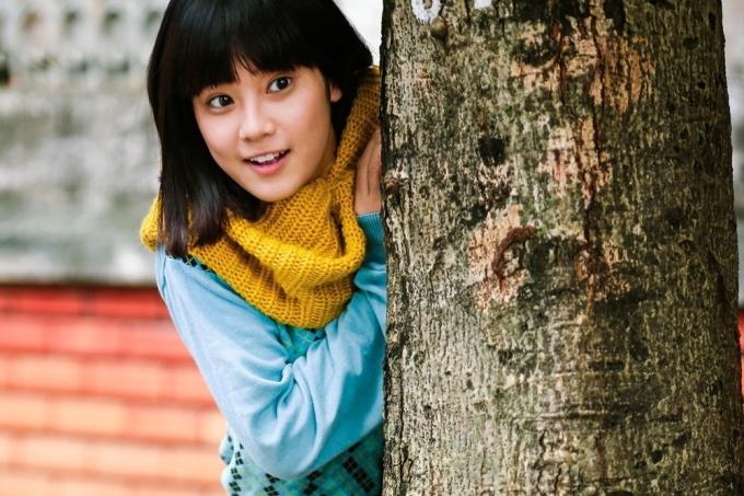 """<p> Trong phim <em>Tháng năm rực rỡ</em>, Hoàng Yến Chibi thủ vai Hiểu Phương thời thiếu nữ. Mối tình đơn phương của cô bé """"hạt tiêu"""" với anh chàng Đông Hồ cùng những ca khúc <em>Yêu, Nụ hôn đánh rơi</em>do cô thể hiện trong phim giúp người đẹp trở thành cái tên được yêu thích.</p>"""