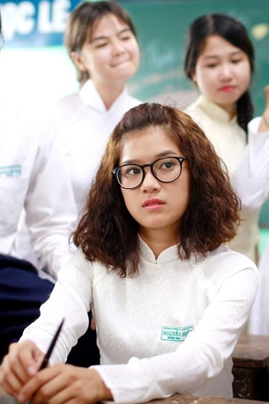 """<p> Trong vai cô nữ sinh chăm học, khó tính của phim <em>Cô gái đến từ hôm qua</em>(2017), cô để kiểu tóc """"mỳ sợi"""", chải mái ngược phía sau.</p>"""