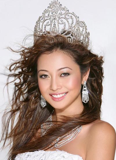 Jennifer Phạm sinh năm 1985 tại TP HCM. Năm 1988 cô theo gia đình sang Mỹ định cư. Cô đăng quang hoa hậu châu Á tại Mỹ 2006. Cô được đạo diễn Lê Cung Bắc mời tham gia đóng phim Những chiếc lá thời gian quay tại Việt Nam và Mỹ.