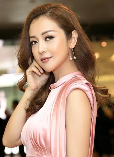 Sau 14 năm vào làng giải trí, trải qua nhiều sóng gió trong chuyện tình cảm, Jennifer Phạm vẫn là một người đẹp được nhiều người yêu thích và ngưỡng mộ bởi nhan sắc mặn mà, cuộc sống ấm êm.