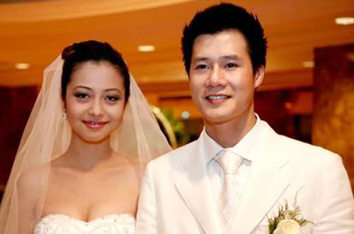 Từ Những chiếc lá thời gian, Jennifer Phạm và ca sĩ Quang Dũng nảy sinh tình cảm. Năm 2007, họ tổ chức đính hôn ở TP HCM. Đám cưới cả hai diễn ra cùng năm tại California (Mỹ). Hôn nhân này khiến nhiều người hâm mộ bởi họ là cặp trai tài, gái sắc. Tên tuổi của Jennifer Phạm cũng nổi tiếng hơn và được truyền thông săn đón.