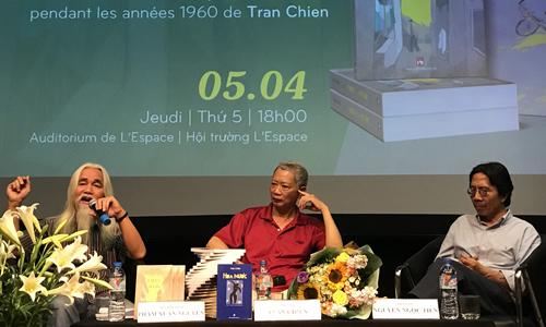 Nhà văn Trần Chiến (giữa) trong buổi giới thiệu Chín bỏ làm mười.