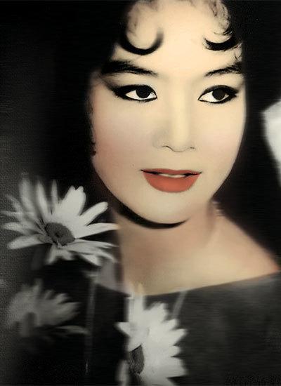 Nghệ sĩ Ưu tú Mỹ Châu đã trải qua thời hoàng kim của cải lương và được khán giả mộ điệu nhờ thanh sắc không lẫn với đồng nghiệp. Bà sinh năm 1950 tại Thủ Thừa, Long An. Sau năm 2002, bà sang Mỹ định cư cùng gia đình đến nay.